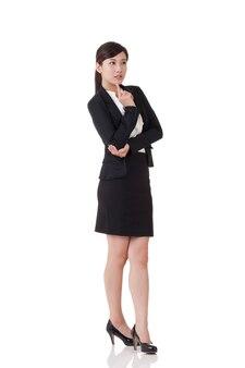 Mulher de negócios asiáticos, retrato de corpo inteiro com reflexo no fundo branco do estúdio.