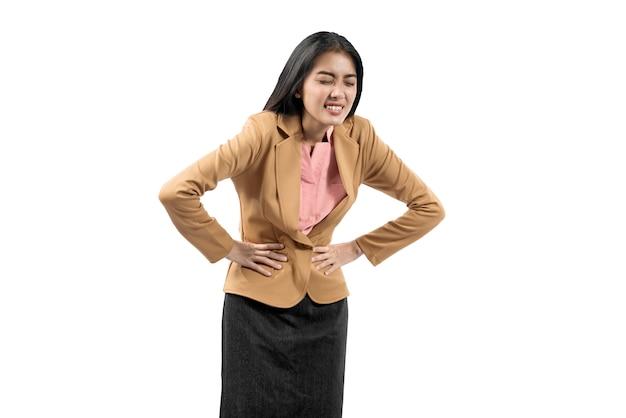 Mulher de negócios asiáticos sentindo dor de estômago