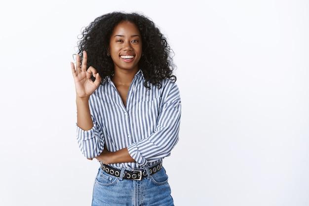 Mulher de negócios assertiva bonita confiante relaxada mostrando ok ok gesto sem problemas, plano garantido perfeito, trabalho bem feito, autoconfiante satisfeita, recomendando o produto Foto gratuita