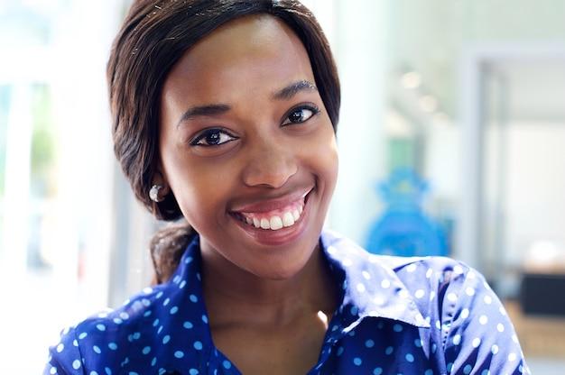 Mulher de negócios atraente africano sorrindo