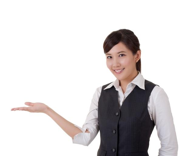 Mulher de negócios atraente apresentar com a mão, retrato do close up.