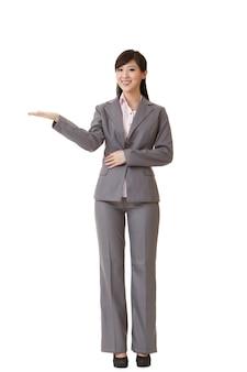 Mulher de negócios atraente apresentar com a mão