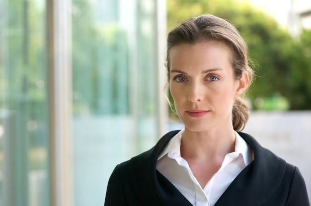 Mulher de negócios atraente com expressão séria do rosto