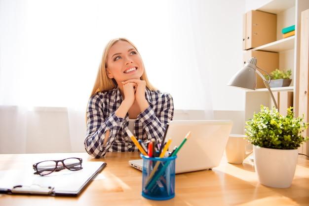Mulher de negócios atraente e feliz descansando e sonhando