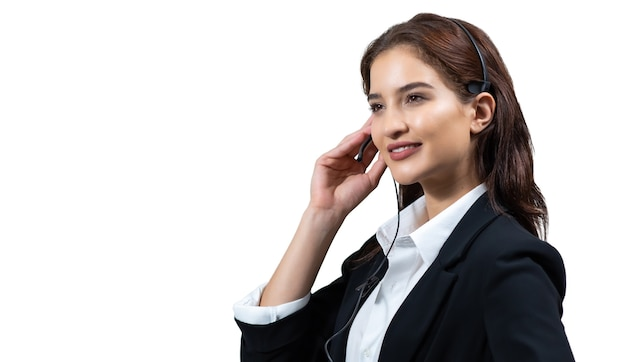 Mulher de negócios atraente em ternos e fones de ouvido está sorrindo trabalhando isolado em fundo branco.