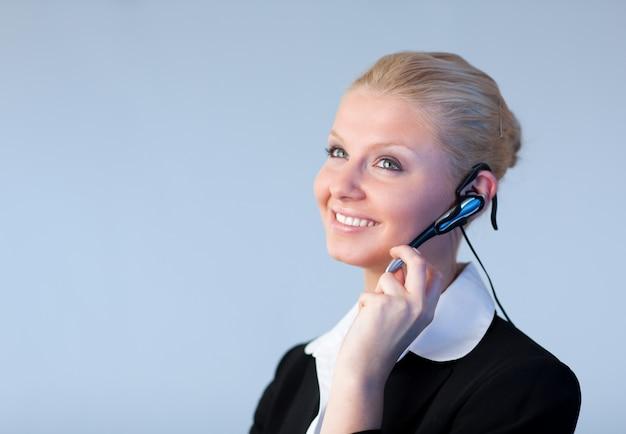 Mulher de negócios atraente falando sobre um pedaço de cabeça