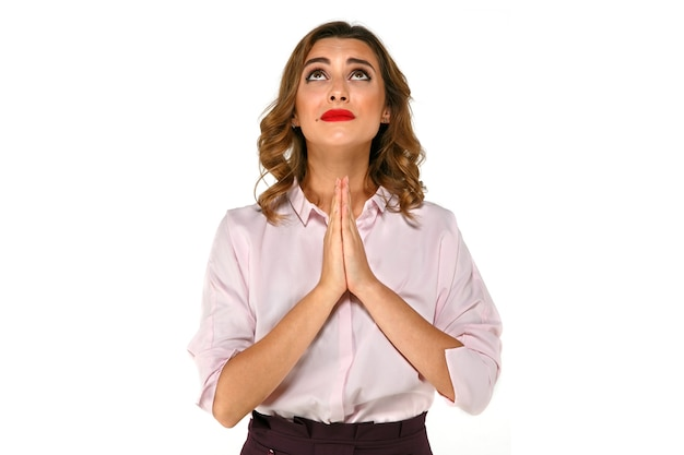 Mulher de negócios atraente rezando, desejando e esperando por algo