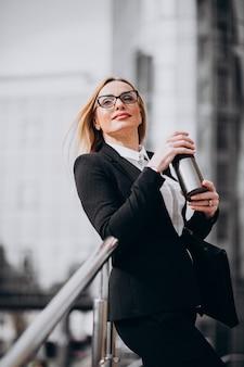 Mulher de negócios atraente tomando café fora