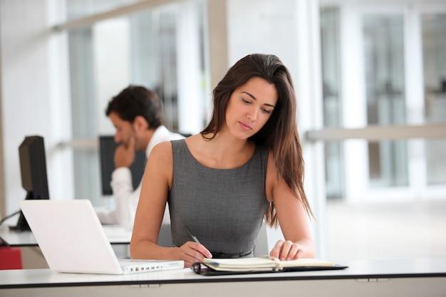 Mulher de negócios atraente trabalhando no computador portátil