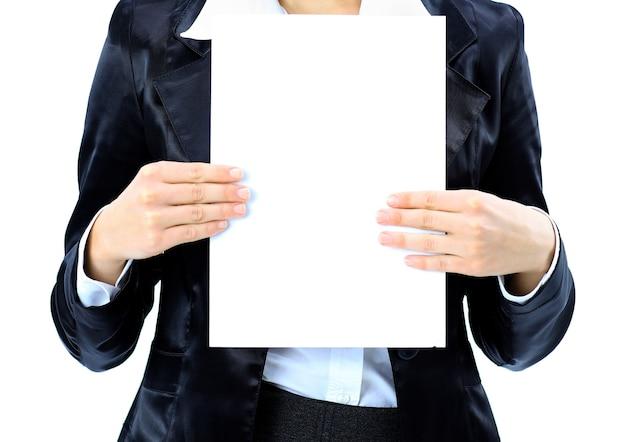 Mulher de negócios bem perto com uma bandeira branca. isolado em um branco.