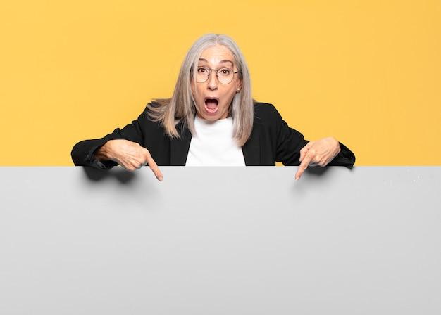Mulher de negócios bem sênior com cabelos grisalhos