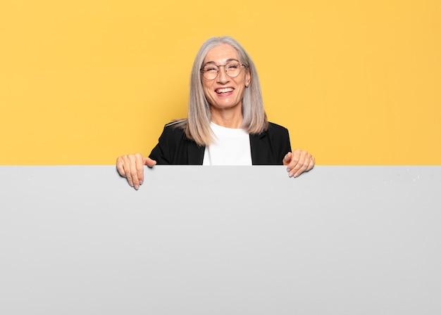 Mulher de negócios bem sênior de cabelos grisalhos
