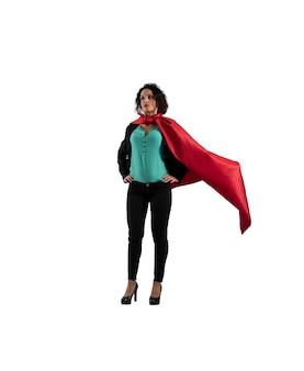 Mulher de negócios bem-sucedida age como um super-herói isolado na superfície branca