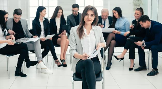 Mulher de negócios bem-sucedida e um grupo de especialistas renomados na sala de conferências. foto com cópia-espaço
