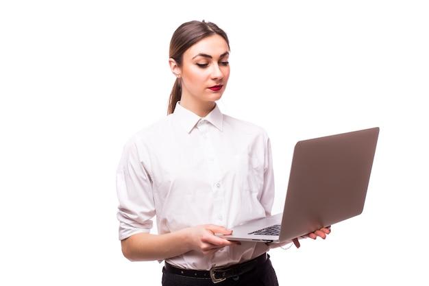 Mulher de negócios bem-sucedida está de pé em branco.
