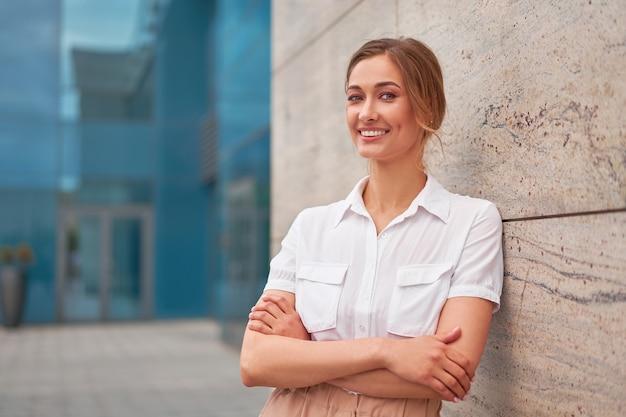 Mulher de negócios bem-sucedida, executiva, empresário, braços cruzados, exterior