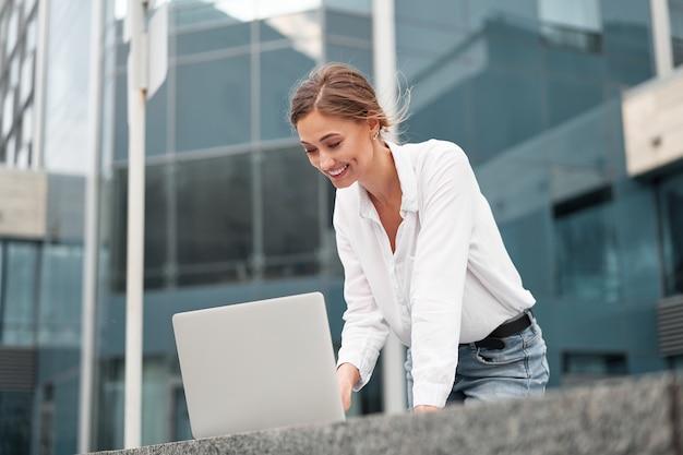 Mulher de negócios bem-sucedida, executiva, empresário, exterior, edifício corporativo, exterior