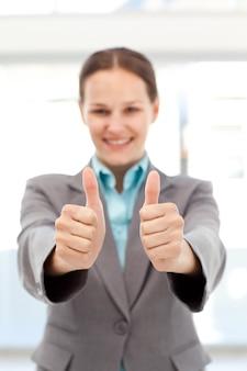 Mulher de negócios bem sucedida fazendo os polegares para cima