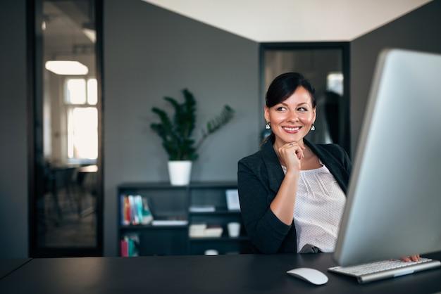 Mulher de negócios bem sucedida no escritório.