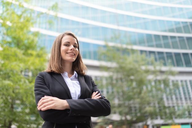 Mulher de negócios bem sucedida sorrindo