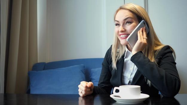 Mulher de negócios bem-sucedida usando telefone inteligente