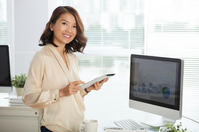 Mulher de negócios bem sucedido no escritório