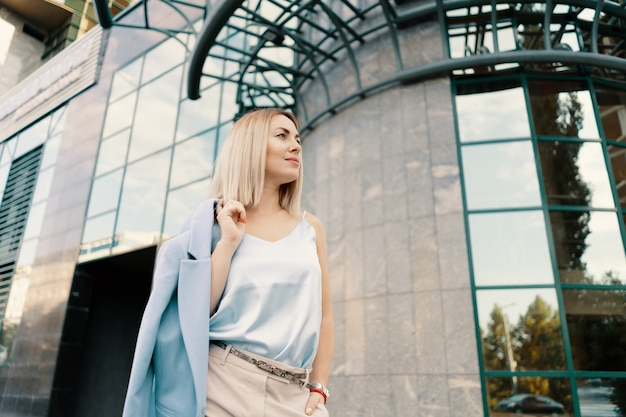 Mulher de negócios bem sucedido no terno azul