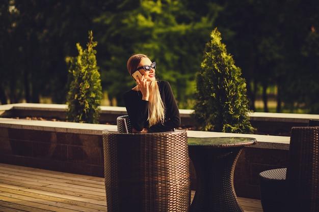 Mulher de negócios bem sucedido, sentado em um café