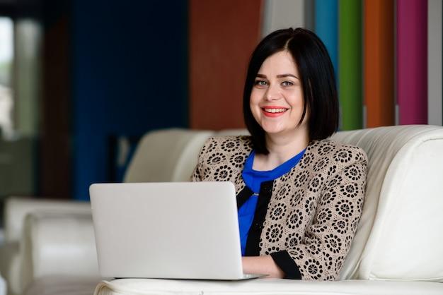 Mulher de negócios bem sucedido trabalhando com computador e tablet.