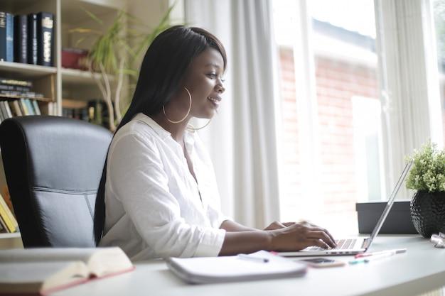 Mulher de negócios bem sucedido trabalhando no escritório