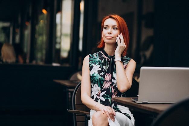 Mulher de negócios bem sucedido trabalhando no laptop em um café