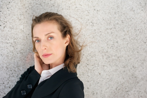 Mulher de negócios bonita com expressão séria no rosto