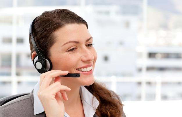 Mulher de negócios bonita com fone de ouvido