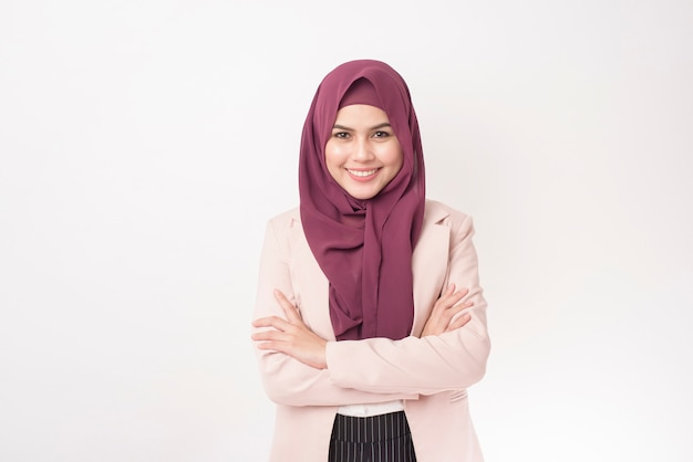 Mulher de negócios bonita com retrato de hijab em fundo branco
