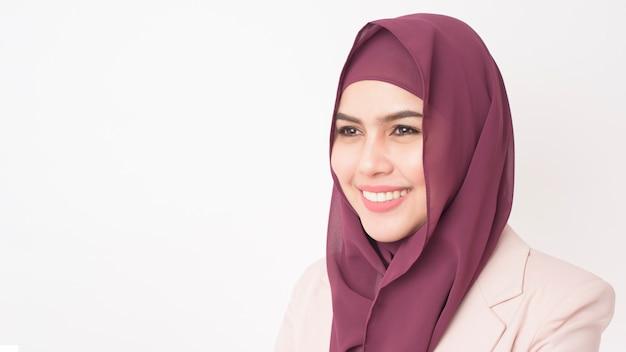 Mulher de negócios bonita com retrato de hijab