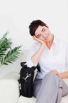 Mulher de negócios bonita com um saco
