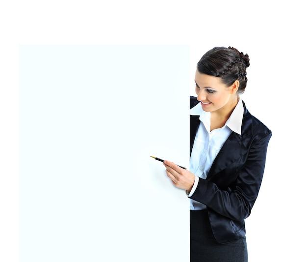 Mulher de negócios bonita com uma bandeira branca. isolado em um fundo branco.