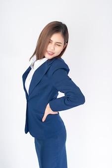 Mulher de negócios bonita dor nas costas de terno azul sobre fundo branco