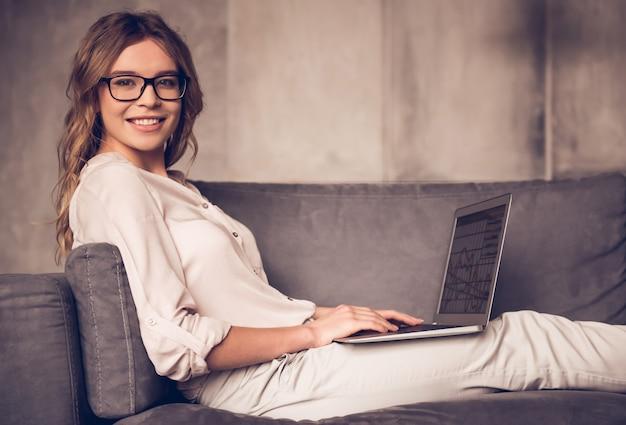 Mulher de negócios bonita em roupas casuais e óculos.