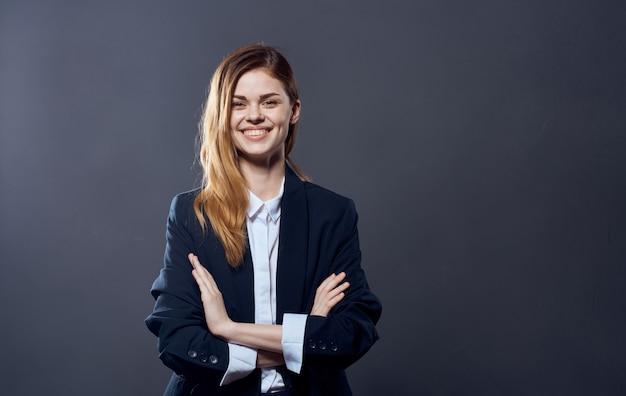 Mulher de negócios bonita em um oficial de terno de gerente de escritório profissional.