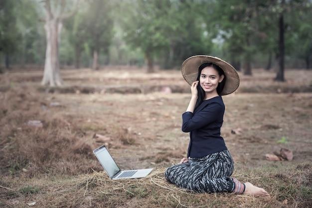 Mulher de negócios bonita jovem com notebook no exterior