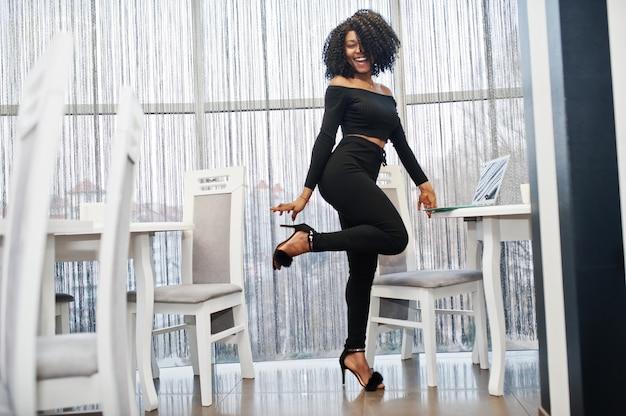 Mulher de negócios bonita jovem elegante com penteado afro