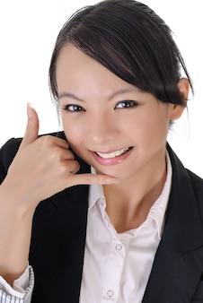 Mulher de negócios bonita mostrando gesto de telefone para pedir que você ligue para ela.