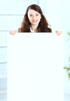 Mulher de negócios bonita no escritório do cartaz do programa