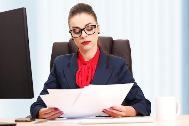 Mulher de negócios bonita trabalhando no escritório