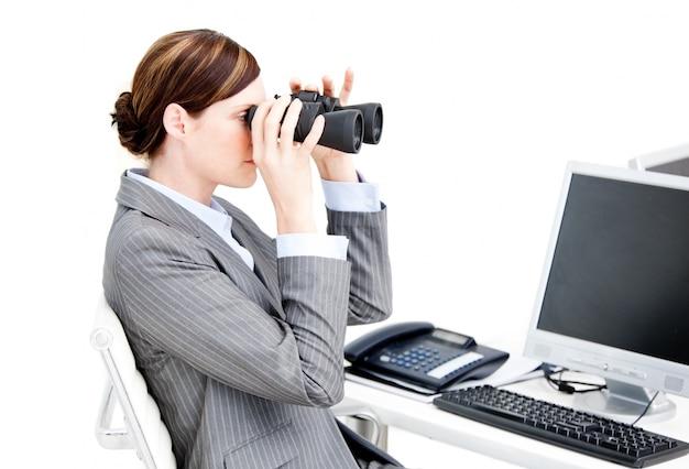 Mulher de negócios bonita usando binóculos
