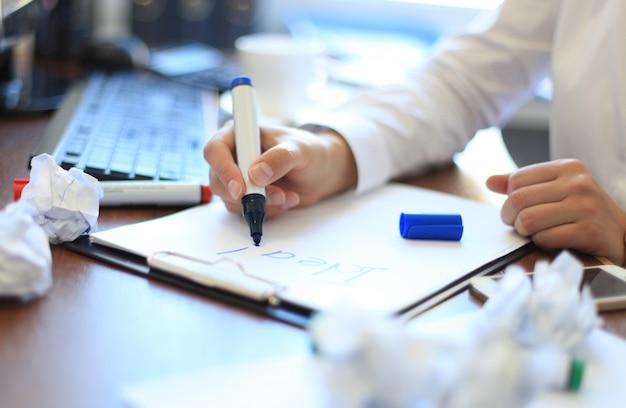 Mulher de negócios brainstorming sobre idéia