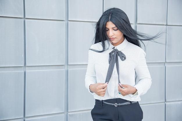 Mulher de negócios calma pensativa com cabelo soprado pelo vento