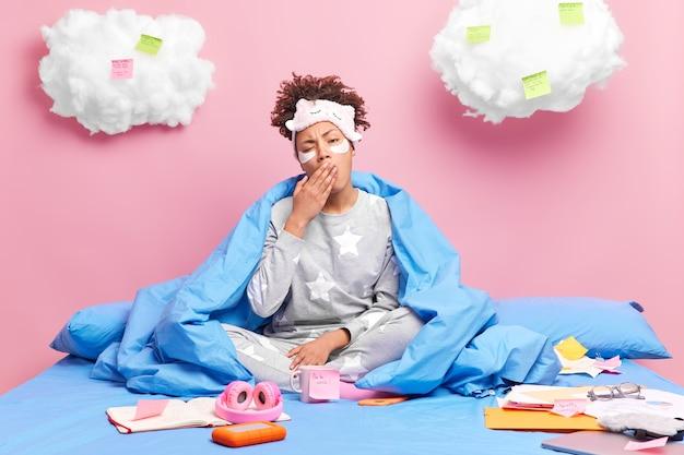 Mulher de negócios cansada trabalha remotamente no plano do projeto em casa e usa papéis colantes