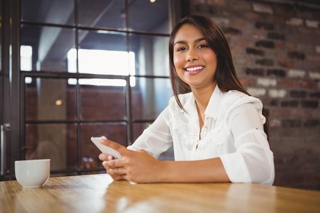 Mulher de negócios casual usando seus telefones